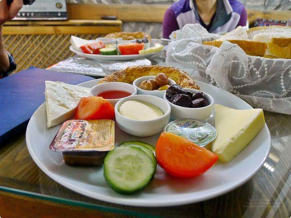 [土耳其食記] Çeşmeli Konak-番紅花城民宿 民宿早餐 在百年鄂圖曼式建築內的豐盛早餐 起士橄欖水果都不少
