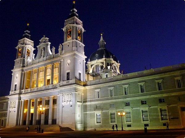 [西班牙遊記] 馬德里圓頂大教堂及兵器廣場-馬德里皇宮周邊 入夜後的馬德里寶藍美 Palacio Real, Catedral de Ntra. Sra. de la Almudena, etc.