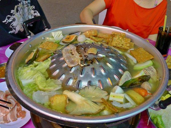 [馬新食記] 亞興火鍋-炭燒帽子火鍋 涮涮鍋 一鍋兩吃 豬油刷鍋 Ah Heng Steamboat and Shabu-Shabu Restaurant