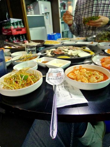 韓國自助、首爾美食|三金烤肉 삼김.傳統泡菜料理店、泡菜五花肉協奏曲,主推泡菜料理及豆腐鍋,明洞美食